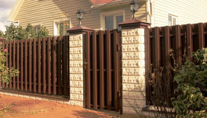 Заборы из металлического штакетника своими руками фото